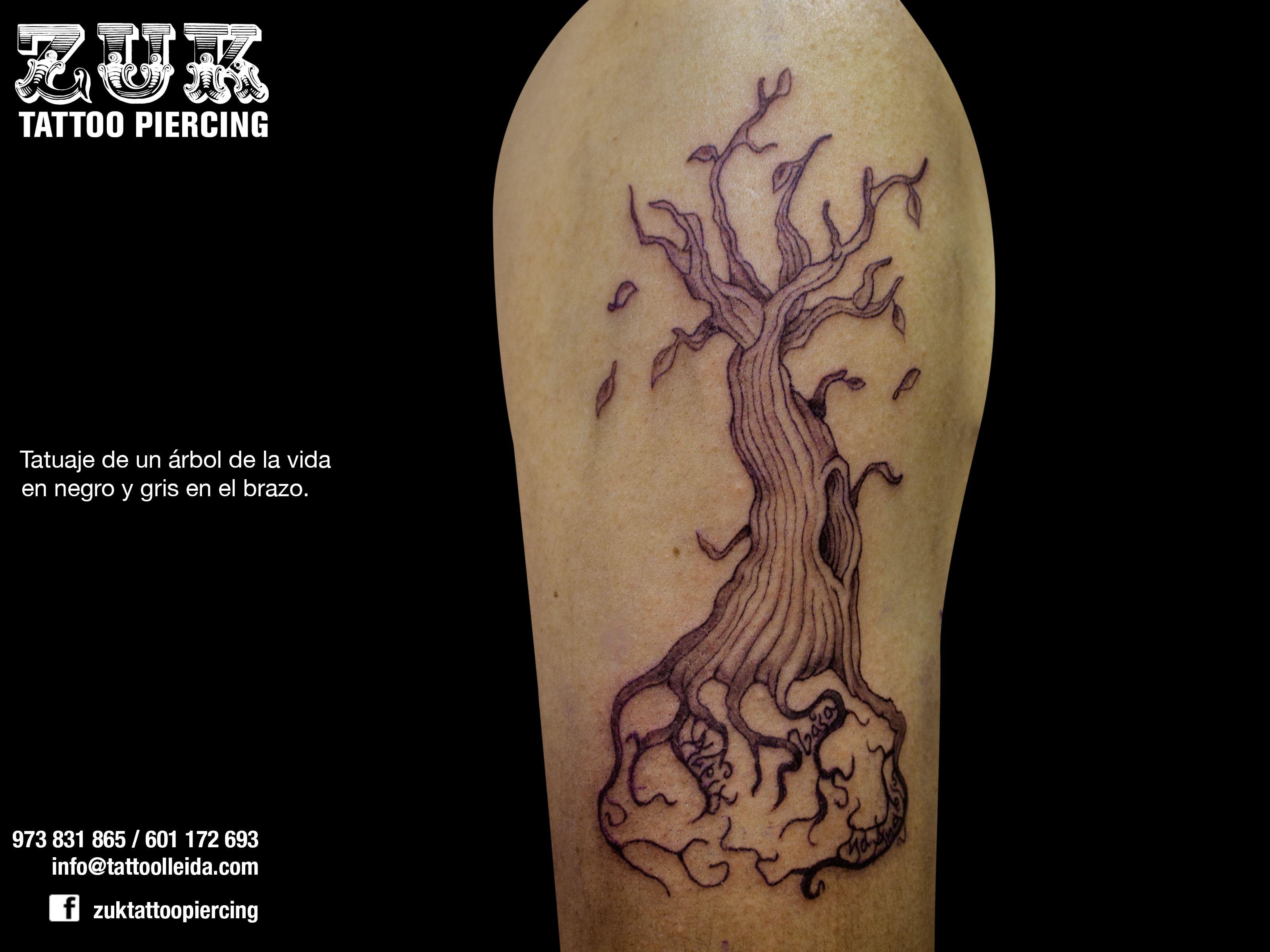 Tatuaje de un árbol de la vida en negro y gris en el brazo. Tatuaje ...