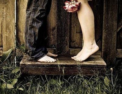 A felicidade pra mim é tão simples como um abraços com os pés descalços na frente de casa...