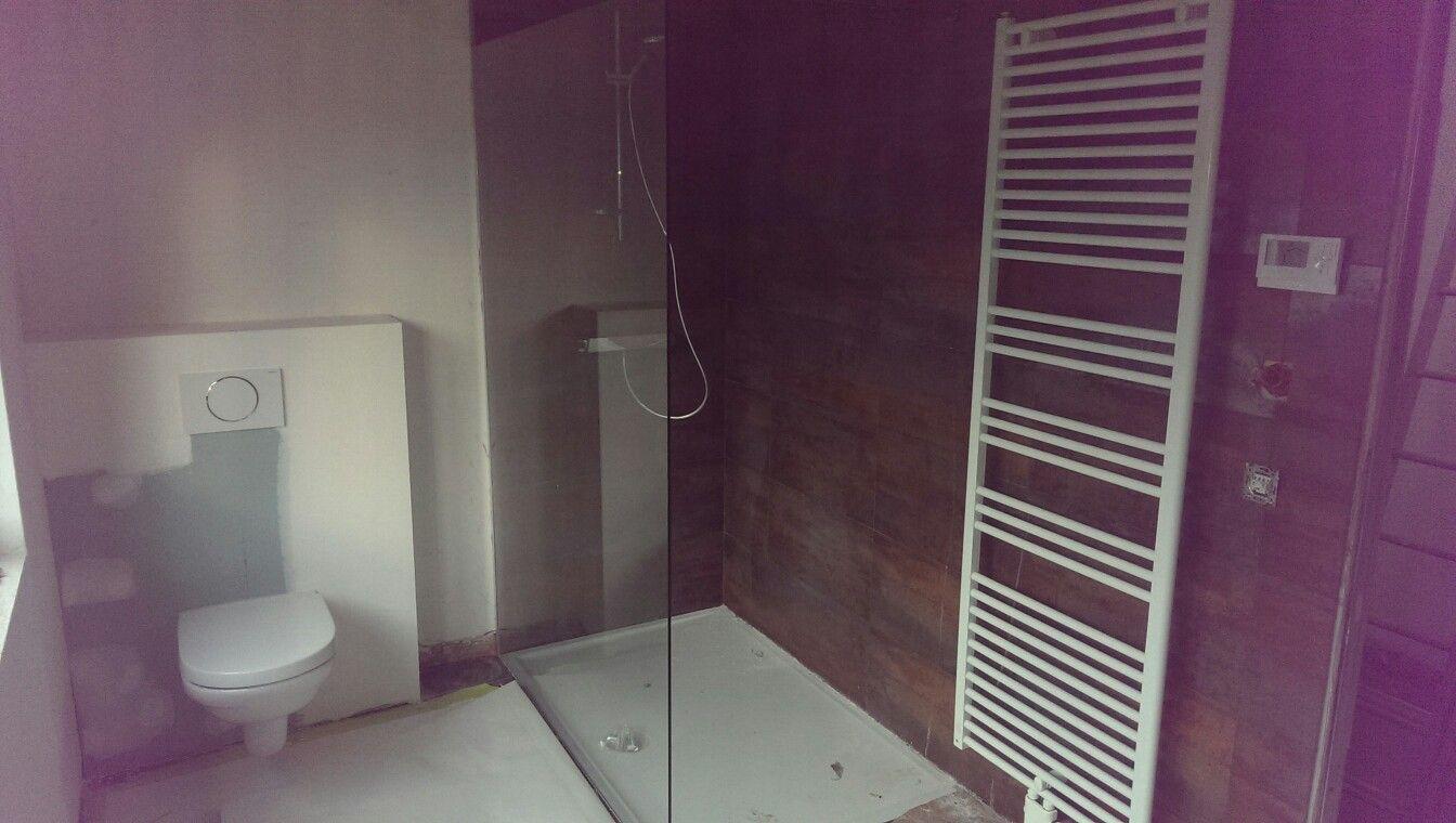 Week 57 badkamer gyproc afgesmeerd, toilet, douche, sierradiator ...
