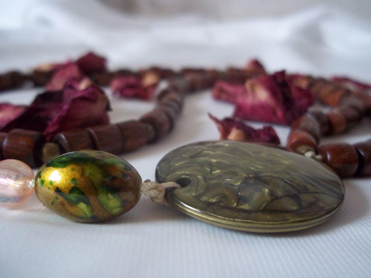 Colar em contas de madeira e ouro velho. <br>Colar mede 32 cm. <br>Pingente em resina e Tassel. <br>Pingente mede 13 cm.