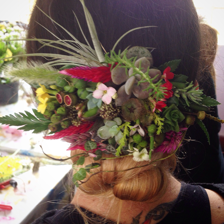 #alcachofaservices #headpice #woodlandpiece me encanta!!! Mini mundos vegetales en cabello #love