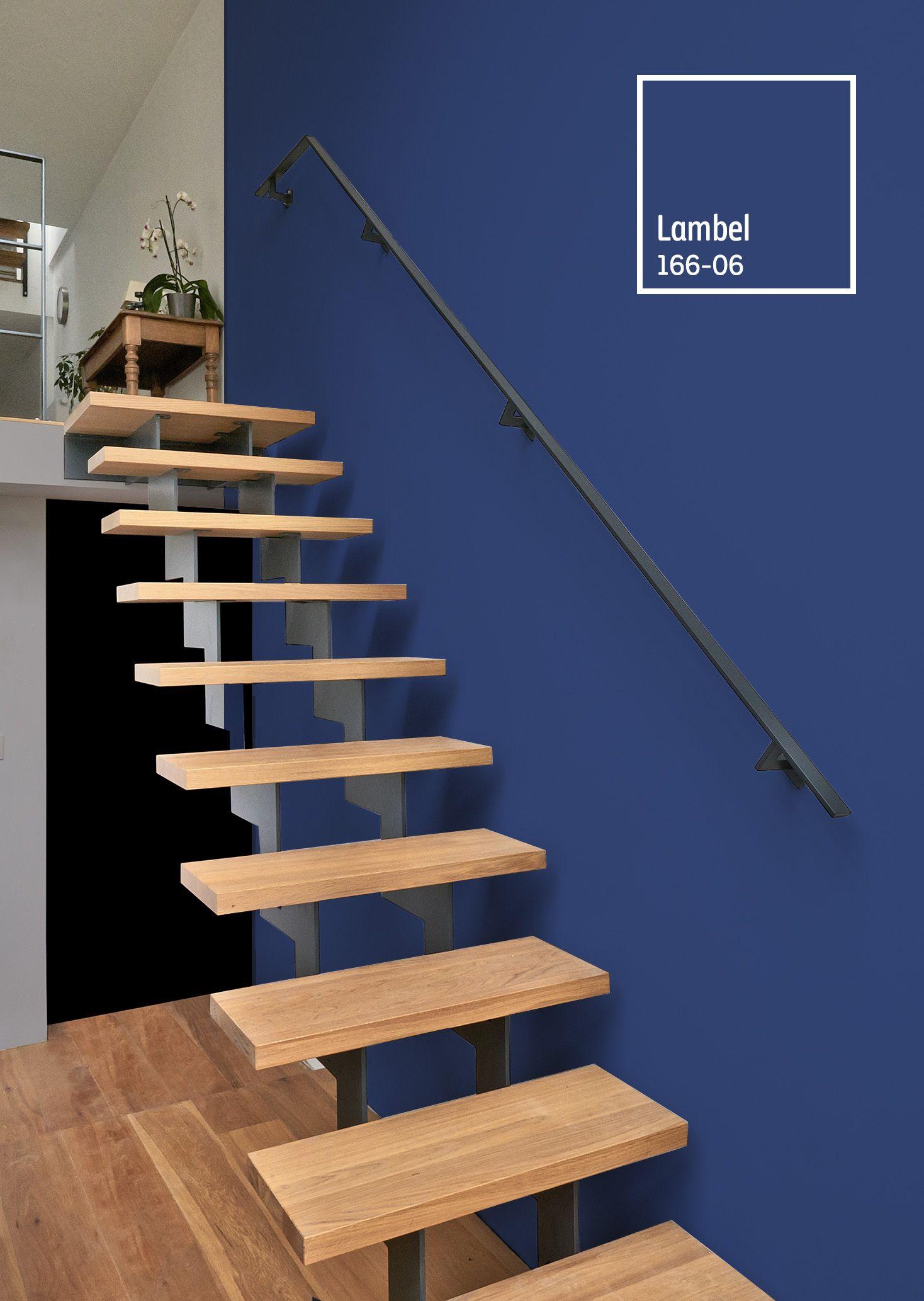 Combina Tus Escaleras De Madera Con Un Tono Vibrante Y Rompe Con La Monotonia Colores De Fachadas Interiores De Recamaras Colores De Casas Interiores