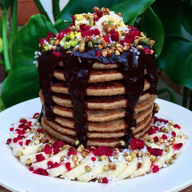 #thrivingonPLANTcakes ✨3 INGREDIENT VEGAN PANCAKES✨ Topped with carob sauce, bananas, frozen raspberries (crushed up), pistachios, caramelised buckinis & shredded coconut  ✖️PANCAKES: 1.5 oats processed into a flour (I use quick oats), then add in 1 cup unsweetened almond milk, 1 ripe banana and pulse/blend until its well combined and forms a thick but pourable batter. [Optional add-ins: 1/2-1tbsp coconut sugar, 1/4tsp cinnamon]