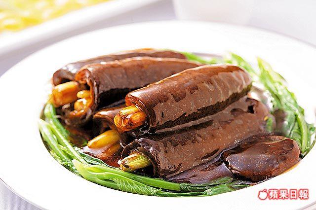 蔥燜烏參 800元╱5條 烏參包入了大蔥,軟Q中蔥香味十足,蠔油提出鹹甘味。(阿利海鮮)
