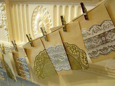 Elegante y vintage a la vez, un calendario de adviento de sobres adornadas con blondas brillantes / Elegant and vintage at the same time, an advent calender of envelopes decorated with metallic doilies