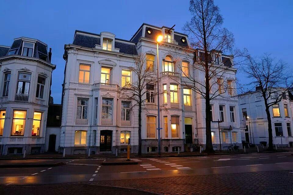 Donker Utrecht: kantoor Wijn & Stael advocaten aan de Maliebaan, december 2008.