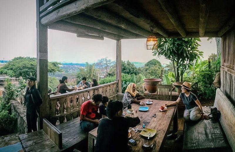 36 Restoran Dan Cafe Di Bandung Dengan Pemandangan Yang Indah Asri Dan Memesona Di 2020 Pemandangan