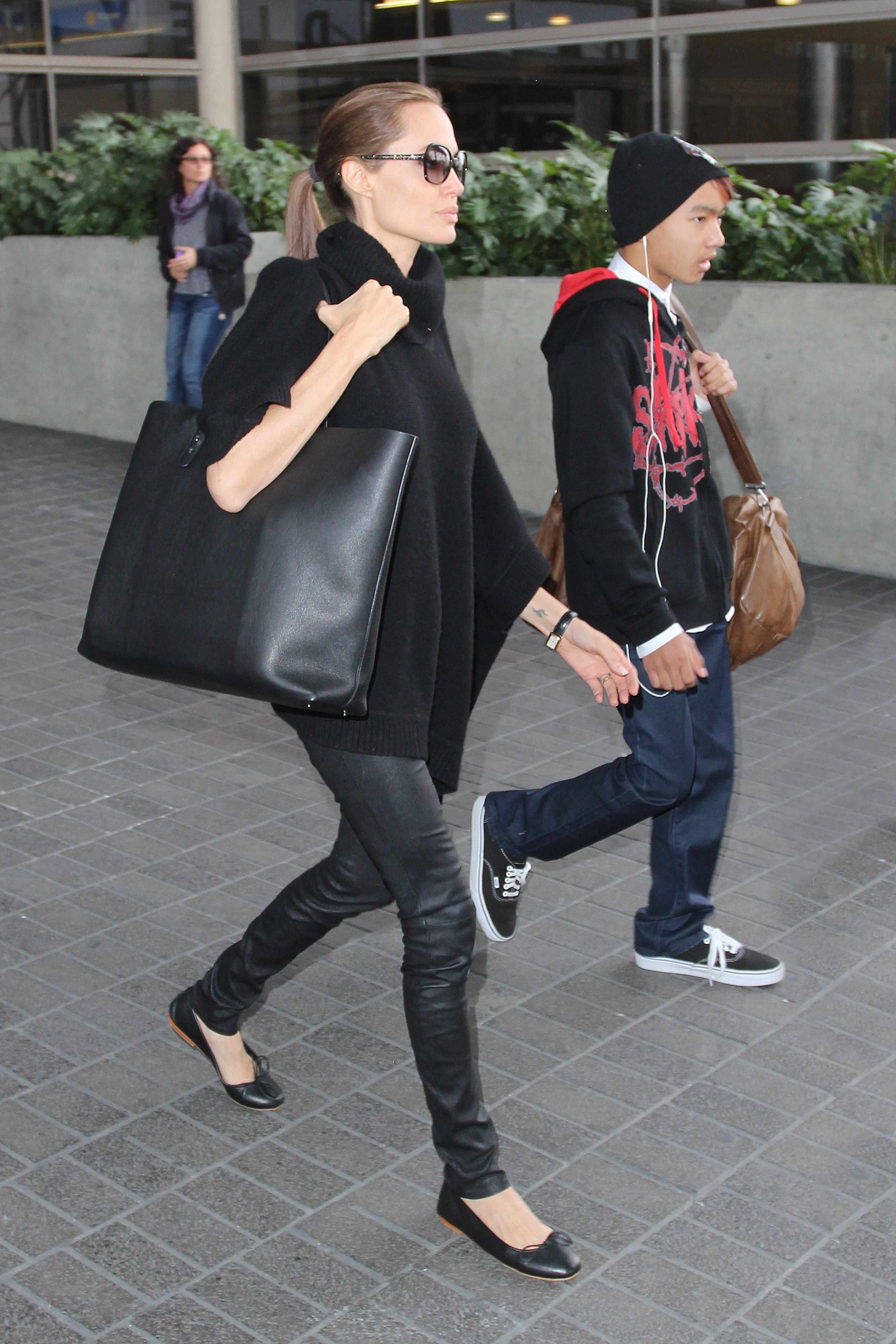 4673062fe Angelina Jolie pulls together an all black look with an Everlane Petra tote.