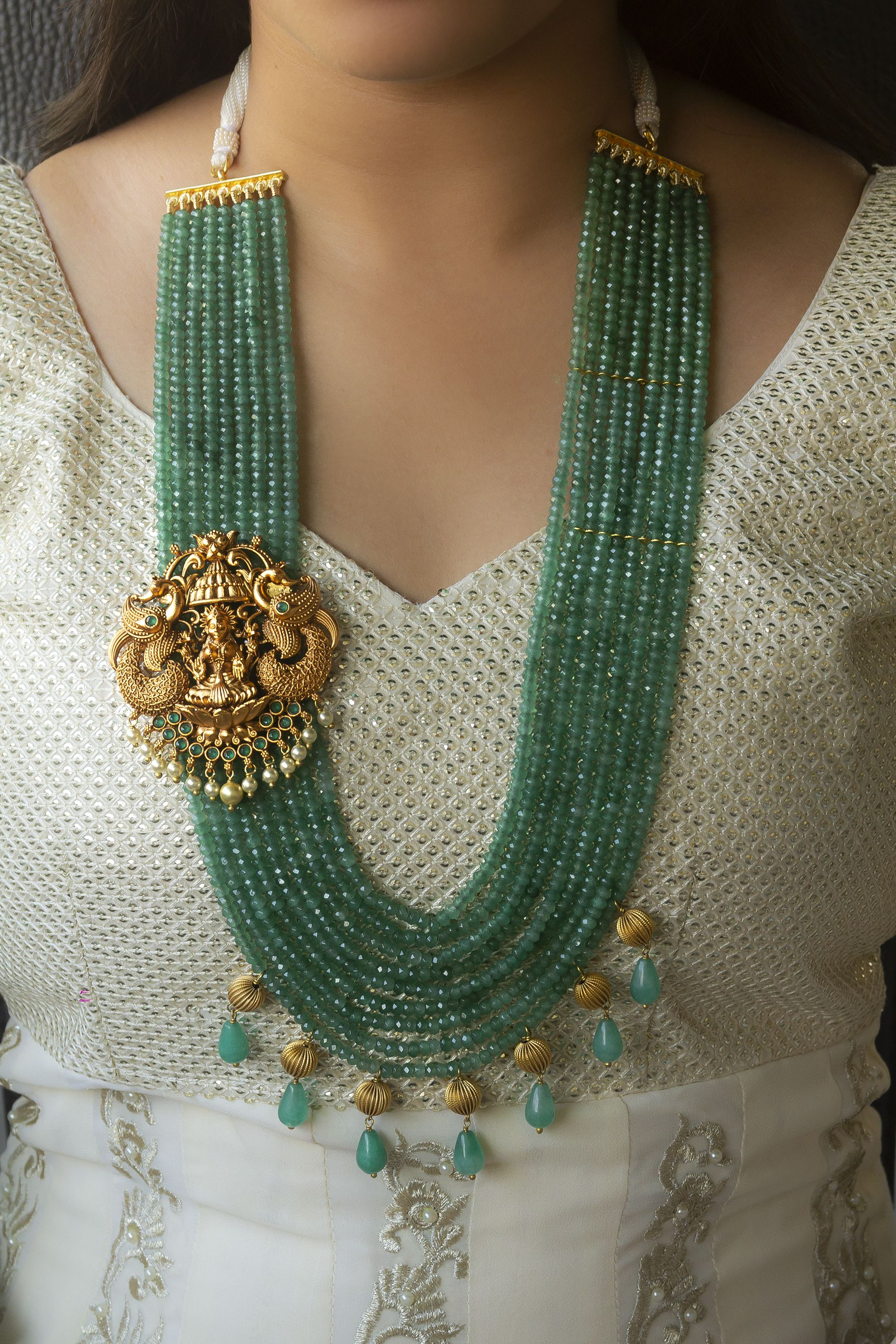GREEN NECKLACE This necklace set is made of green