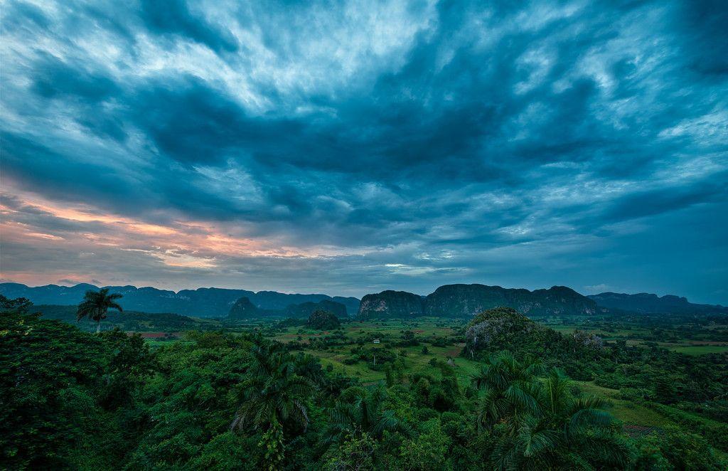 La tormenta se cierne sobre el Valle de Viñales, Pinar del Rio ,Cuba