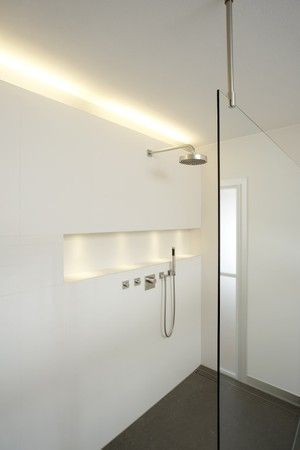 Strak - geen tegels in de douche! Handige ruimte in muur voor ...