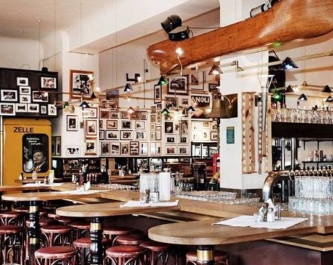 Berliner Republik - Brokers Bierbörse am Schiffbauerdamm, Hier isst die Hauptstadt, und zwar wortwörtlich: Ob Quantenphysiker, Zimmermänner, Politikerinnen oder Journalisten – das Berliner Restaurant vereint sie alle.