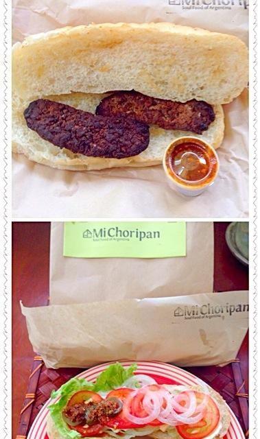 チョリパンとはアルゼンチンのソウルフード。極太チョリソーと沢山のトッピングをパンで挟んだシンプルな料理。 アルゼンチン料理というと、肉を豪快に焼いた「アサード」という料理も有名ですが、(アサードは正統派、日本食で例えると寿司のような扱い)チョリパンは庶民の愛する下町料理。  Mi Choripanは、チョリパンの魅力にとりつかれ、開業を決意。カタコトのスペイン語で路面店のおっちゃんに弟子入り志願し、三ヶ月間のチョリパン修行で本物の味を研究、アルゼンチンの首都ブエノスアイレスにある人気店で実際に修行してきた店主が経営しているそうです✌️ - 40件のもぐもぐ - Choripan(Sould Food of Argentina)❗チョリパン by Ami