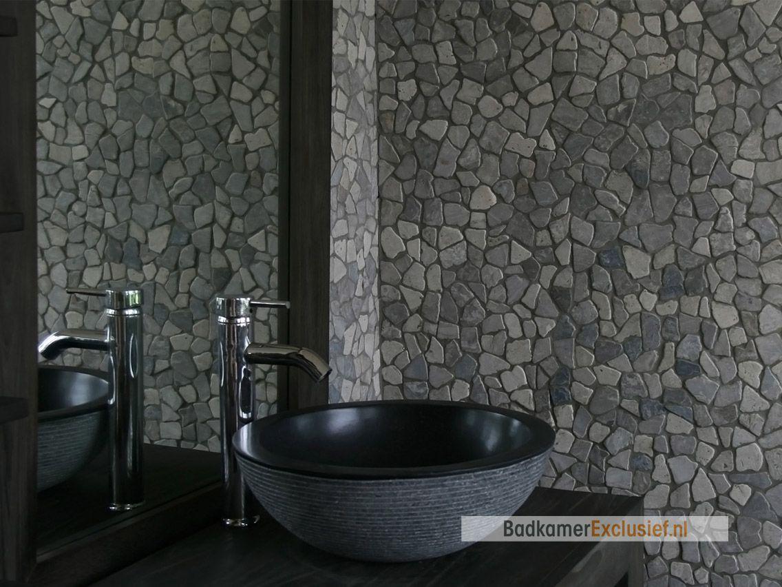 Natuurstenen waskom en mozaïektegels op de muur van ...