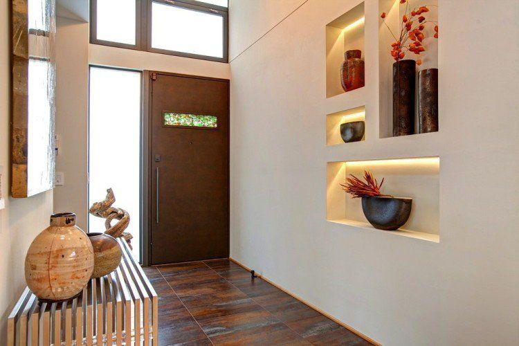 idée déco entrée maison avec objets déco en onyx, niches murales