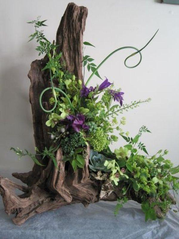 Букет из срезанных цветов с корягой, розы