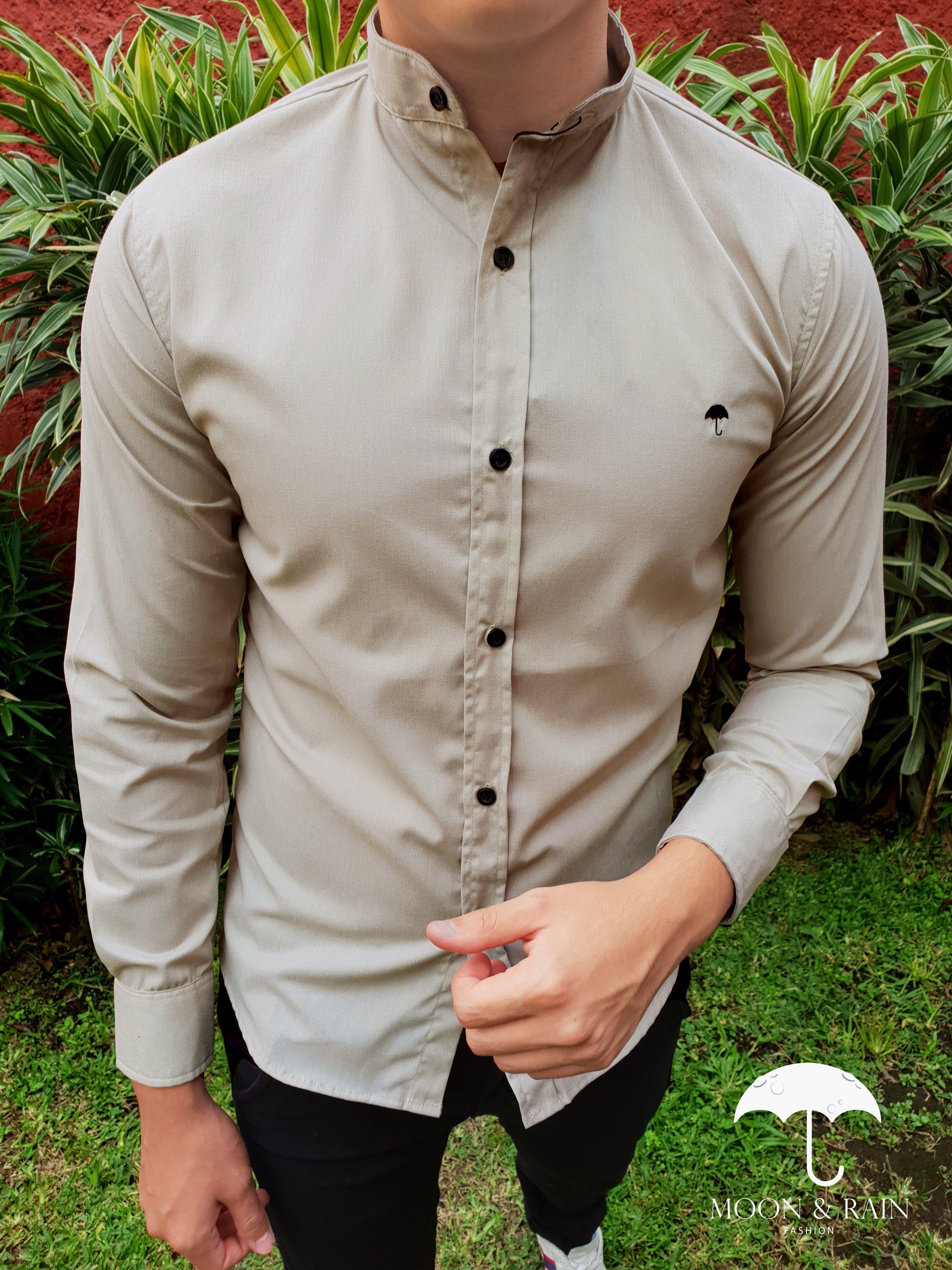 a96e7572a97db Outfit para hombre  camisa lisa slim fit café en cuello mao   Hecho en  México por Moon   Rain y Tiendas Platino