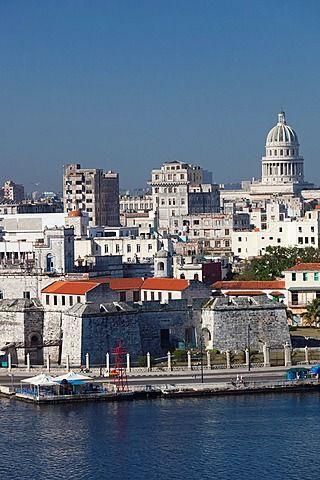 Cuba, La Habana, La Habana Vieja, vista elevada de los edificios a lo largo de la bahía de La Habana