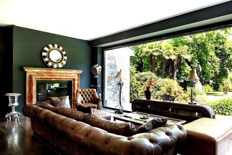 Chesterfield Sofas kombiniert mit alten englischen Farben und Deko