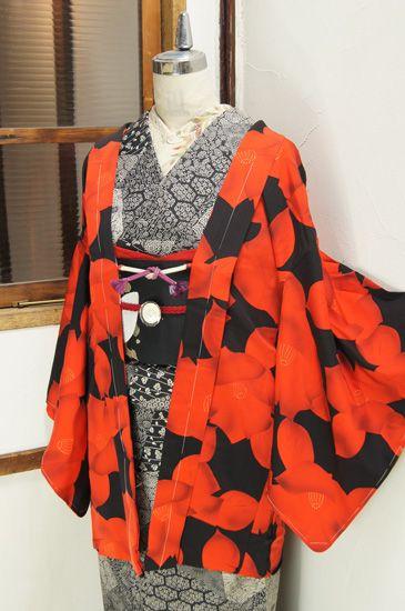朱赤と黒のバイカラーを基調に染め出された大胆な椿のモチーフがモダンで印象的な羽織です。
