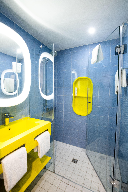 Bathroom With Xxl Rainforest Shower Head For Prizeotel Bern City