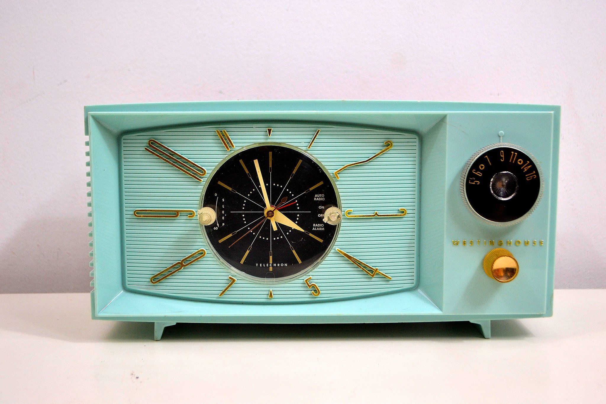 Sold March 1 2020 Light Blue Turquoise 1959 Westinghouse Model 671t5 Vintage Tube Am Clock Radio Gorgeous And Sounds Great In 2020 Retro Radios Clock Vintage Radio