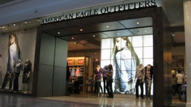 American Eagle Outfitters Fifth Generation Flagship Store Design 2012 Storefront Check Out The Large Image In Vestibule 25 Digital Screens Or