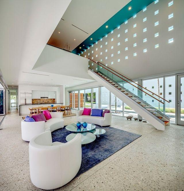 weiße Möbel lila Teppich rosa Deko Kissen Beton Platten Interiors