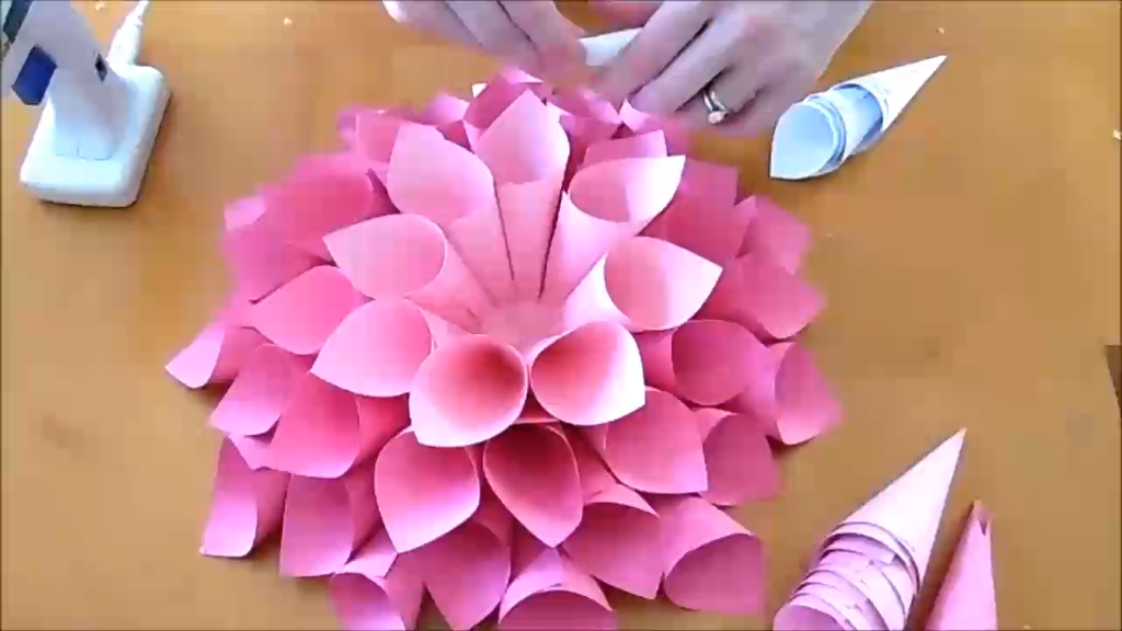 Giant dahlia paper wall flowers. How to make easy giant paper flowers for backdrops and nursery wall decor! #giantpaperflowers