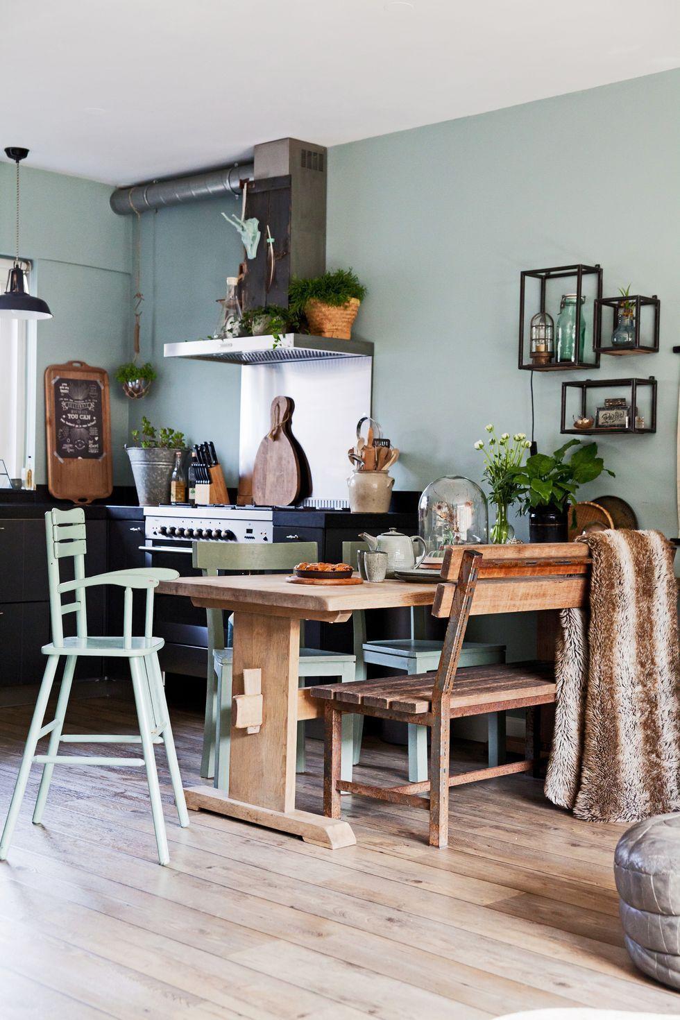 Esstisch In Der Küche Im Vintage Look Mit Salbeigrüner Wand, Holztisch Und  Vintage Stühlen