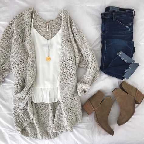♥ ️ Gray cardigan, white top, skinny jeans, taupe-colored ankle boots, golden pendants …