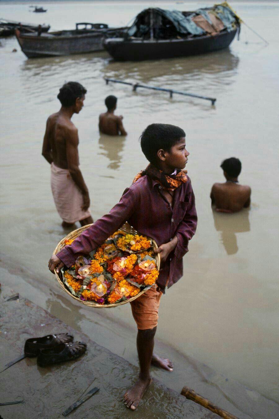 """Chi non si salva da sé,non lo salva nessuno. Cesare Pavese , """"Il mestiere di vivere """" Foto di Steven Mc Curry -India"""