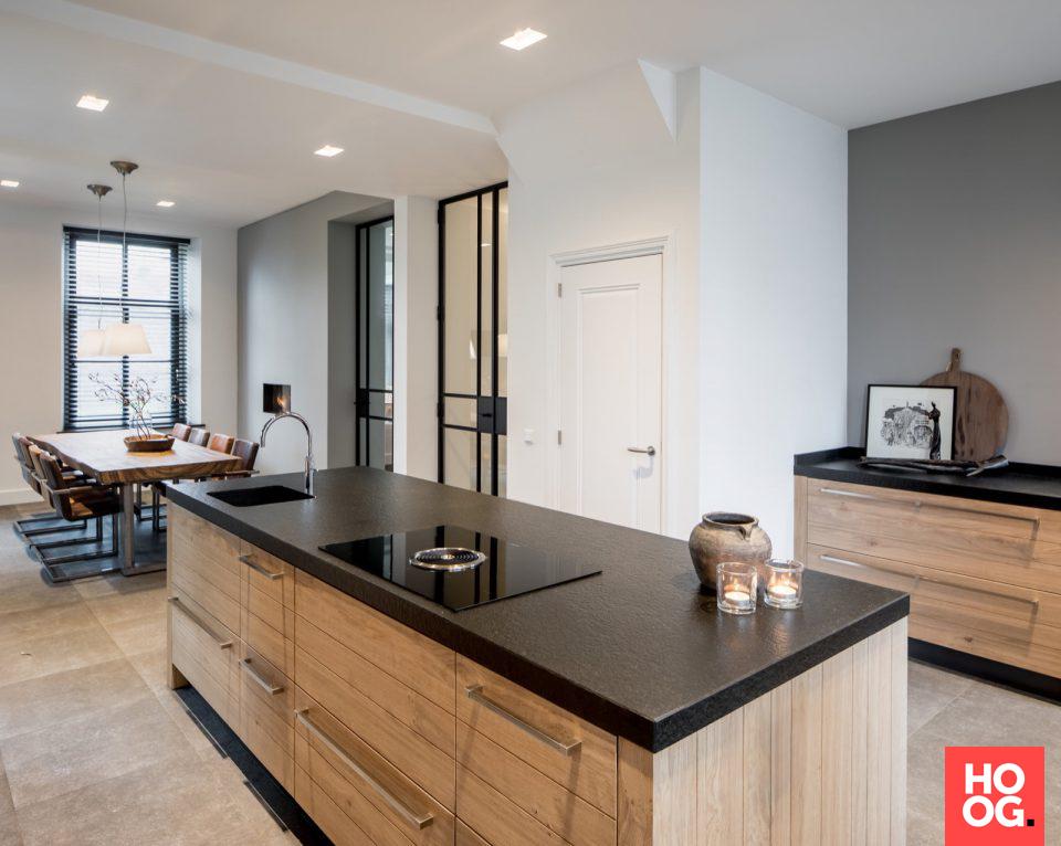Luxe houten keuken met keukeneiland pastorie medie interieur