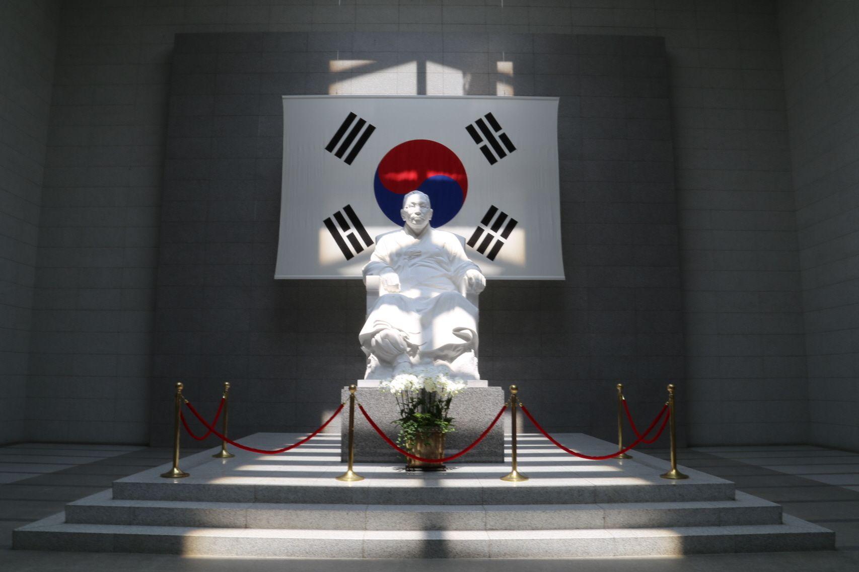 백범김구기념관과 체형교정강의 Kim Koo Museum &  Body Correction Lecture  백범김구기념관에서  대한한의 동통학회 2013년 2차 심화워크샵-  통증과 체형교정에 관한 매선요법과 침도요법의 활용 에 대한 강의를 2013년 7월 7일 일요일 오후 1시 에 백범기념관에서 강의를 하였습니다.  http://www.kimkoomuseum.org/eng/museum/museum_lib.html  https://en.wikipedia.org/wiki/Kim_Koo_Museum    우리들한의원 홈피 Wooreedul Korean Medicine Clinic  English HP http://www.iwooridul.com/english  日本語HP http://www.iwooridul.com/japan  中國語 HP http://www.iwooridul.com/chinese  무료앱 free app…