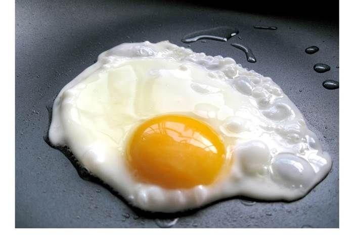 Como estrelar um ovo apenas em água, é fácil e saudável - Receitas Para Todos os Gostos
