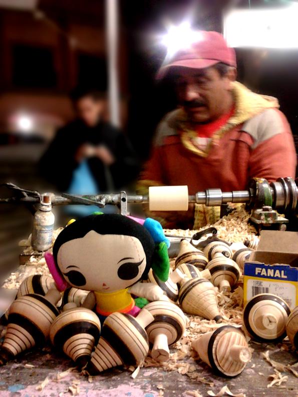 María viajó a Toluca y visitó el taller del Sr. Ezequiel Olivares López, dedicado al torno hace 42 años.