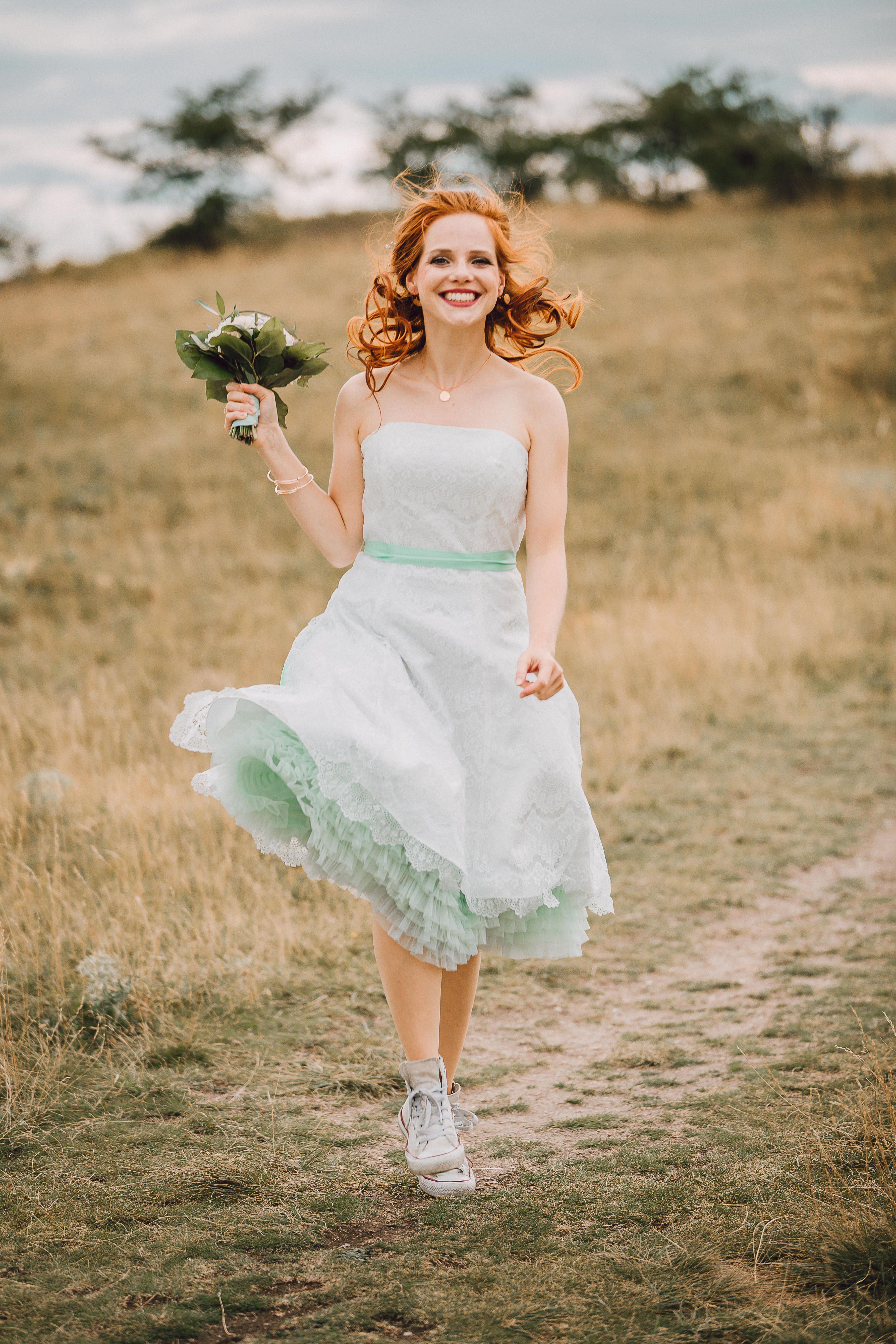 Brautkleid mit Chucks zur Hipster Hochzeit DIY Inspiration (mit