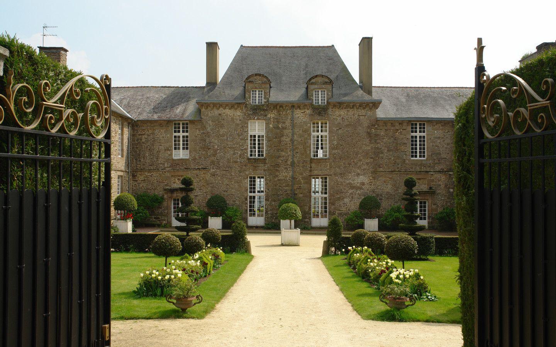 La cour d'honneur et l'entrée du Château de La Ballue (a cau/Inn Normandy France Home Design En Html on