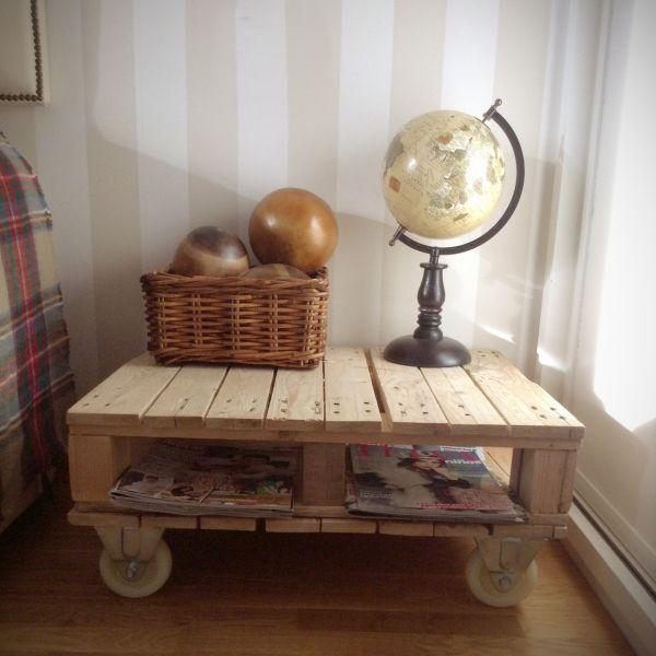 Mesa hecha con palés y ruedas industriales. De Sabanachic.