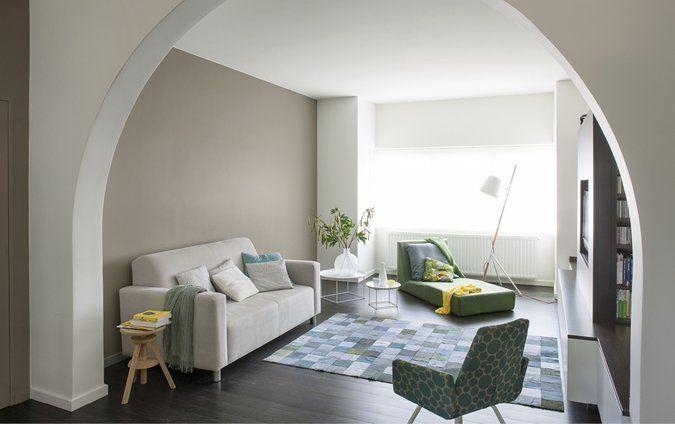 Woonkamer met witte muren en accentmuur woonkamer Woonideeen woonkamer