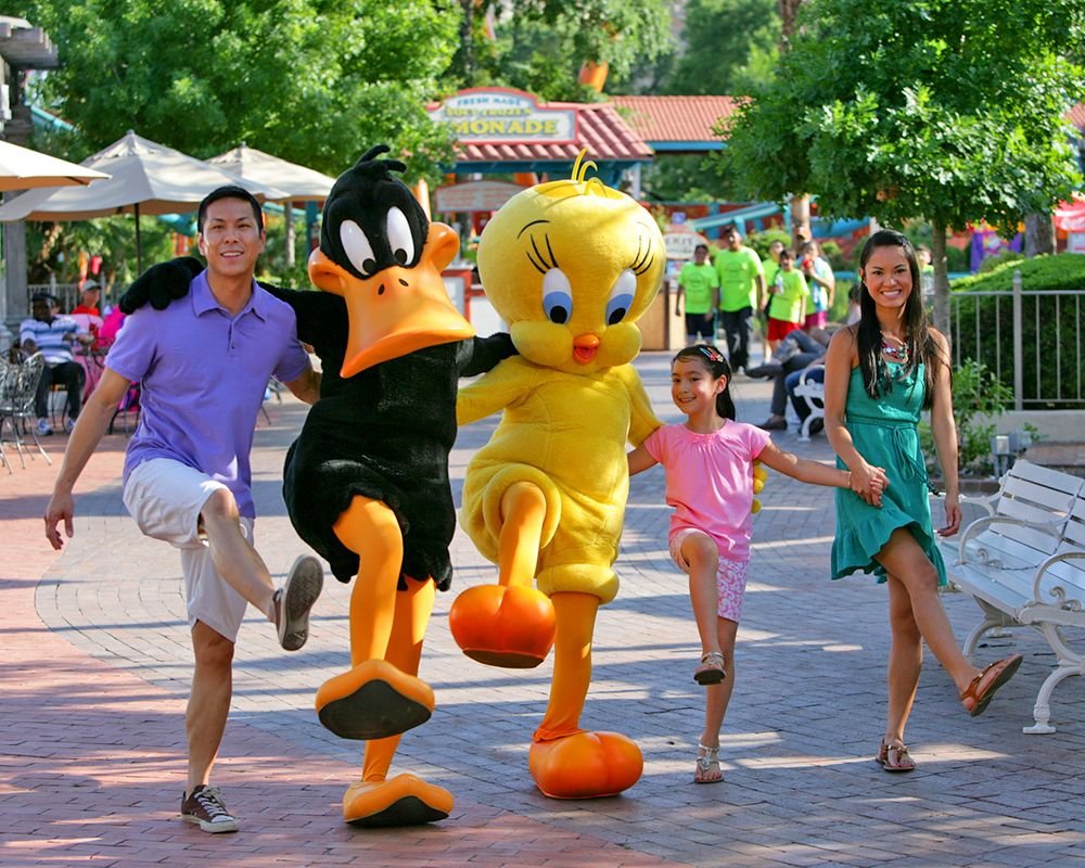 Hanging Out With Your Favorite Looney Tunes Celebrities Sixflags Six Flags Theme Park Thrill Ride
