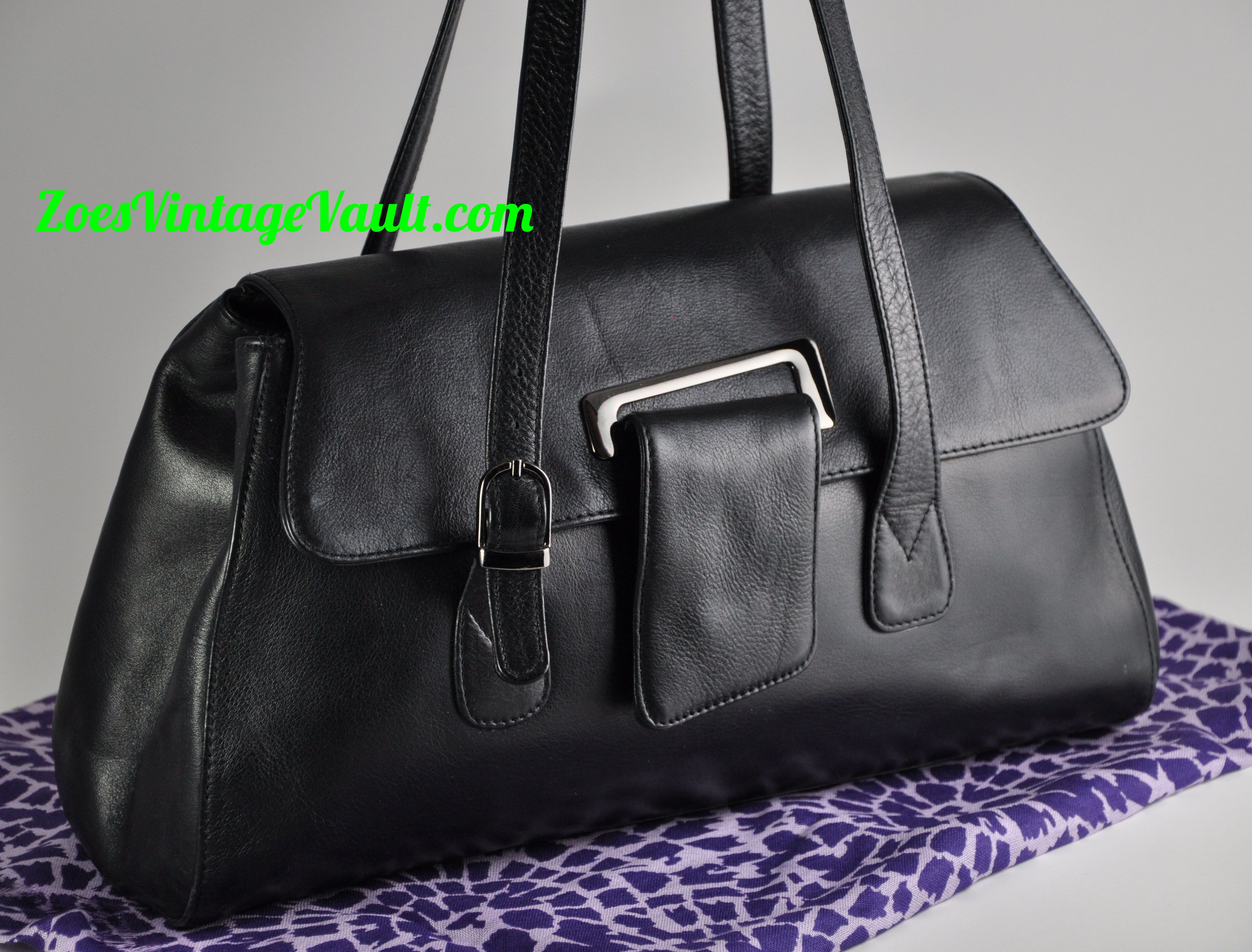 Black vintage leather satchel | Streetstyle carryall bag at zoesvintagevault #satchel #leather #vintage #streetstyle #bag #carryall #zoesvintagevault #zoesvintage pinterest.com/zoesvintage/bags-bags-more-bags/