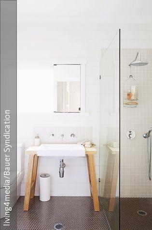 Der freistehende Waschtisch aus Holz bringt einen Hauch - wandregal badezimmer holz