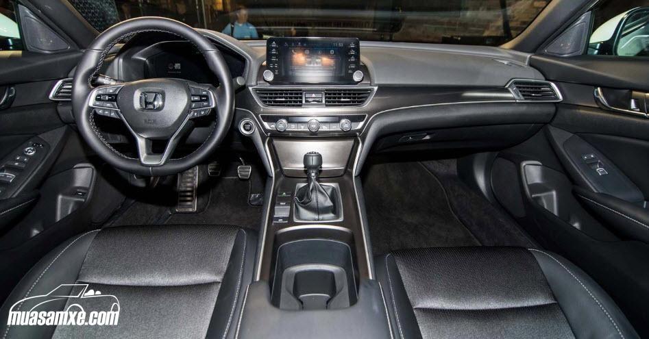 Đánh giá xe Honda Accord 2018 về thiết kế nội thất: Bên trong khoang lái của Accord thế hệ mới cũng được tái thiết kế với các ghế ngồi thể thao bọc da, hai bên rộng và ở giữa lõm. Riêng ở ghế lái nay được tích hợp điều chỉnh điện với 12 hướng và hàng ghế trước được trang bị chức năng sưởi và thông gió. https://muasamxe.com/honda-accord/