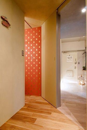 トイレから鮮やかカラーの壁紙がチラリ クローゼットなんかにも応用できそうなアイデアです タイル おしゃれ インテリア 家具 床材 無垢