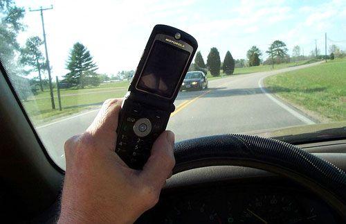 No emplees el teléfono móvil. Utilizar el teléfono móvil cuando se conduce equivale a perder totalmente la concentración en la carretera. Emplea siempre el manos libres del coche y, si no lo posees, párate en un lugar seguro para coger o hacer las llamadas necesarias.