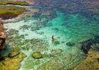 """Bali (Indonésia): A obra """"Comer, Rezar, Amar"""" mostrou tudo: Bali, na Indonésia, é um lugar em que as pessoas podem encontrar o amor de suas vidas. As praias paradisíacas, a paisagem bucólica das plantações de arroz e o ambiente colorido por mulheres de sarongue dão ao destino um clima todo especial. Após passar o dia relaxando ao lado do mar ou em um spa, o turista pode curtir a noite nos bares Metis, Café Havana ou Word of Mouth, frequentados tanto por casais como por viajantes (muitos surfista"""