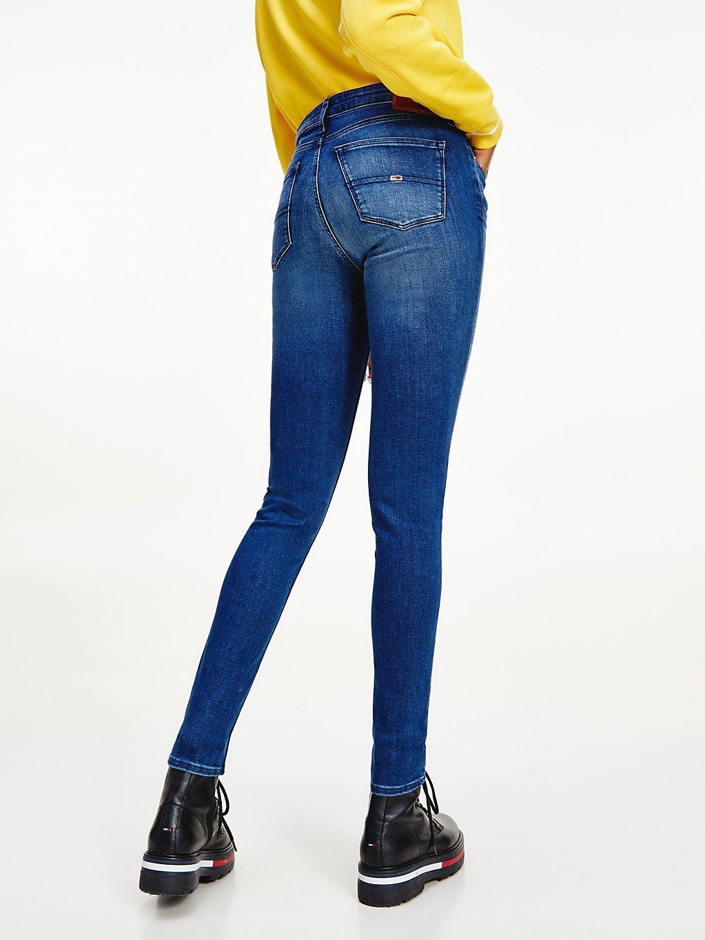 Fade-Effekte an den Beinen verleihen dieser unverzichtbaren Skinny Fit Jeans aus Bio-Baumwolle mit mittelhohem Bund einen Used-Look.  Produktdetails  • Rigid-Denim aus Bio-Baumwolle • Fade-Effekt an Oberschenkeln, Knien und Gesäß • 5-Pocket-Style • Tommy Jeans-Branding • Tommy Jeans Flag-Patch auf Gesäßtasche  Passform und Schnitt  • Skinny Fit • mittelhoher Bund • Das Model ist 1,76 m groß und trägt Größe 28/32  Material und Pflege  • 100 %…