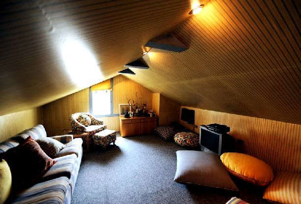 Attic Roof Room Interior Decorating Ideas Jpg 611 415 Attic Design Attic Bedroom Designs Attic Bedroom