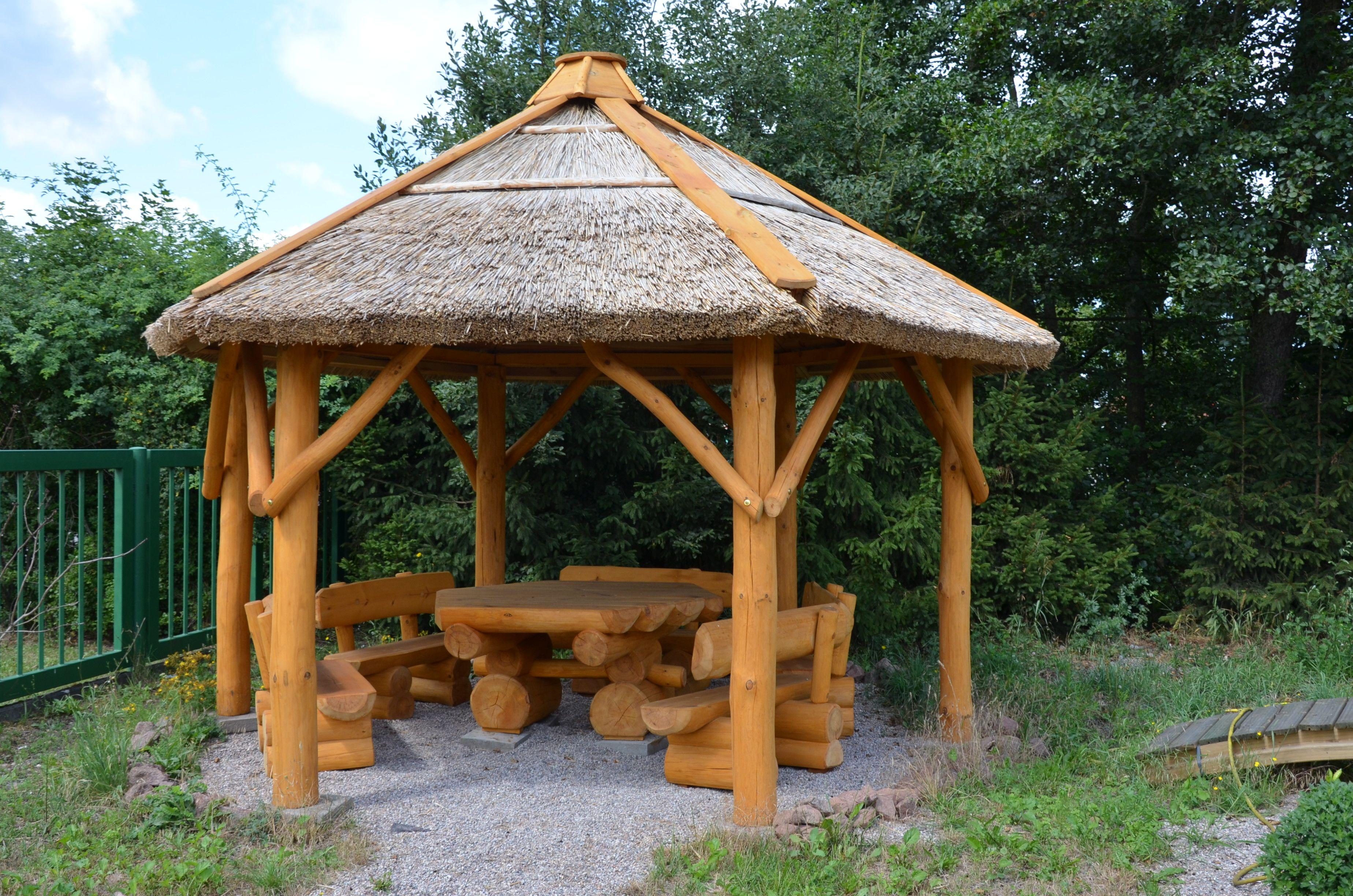 6 Eck-Pavillion mit Reetdach sowie mit 6-Eck-Tisch und 6 Bänken ...
